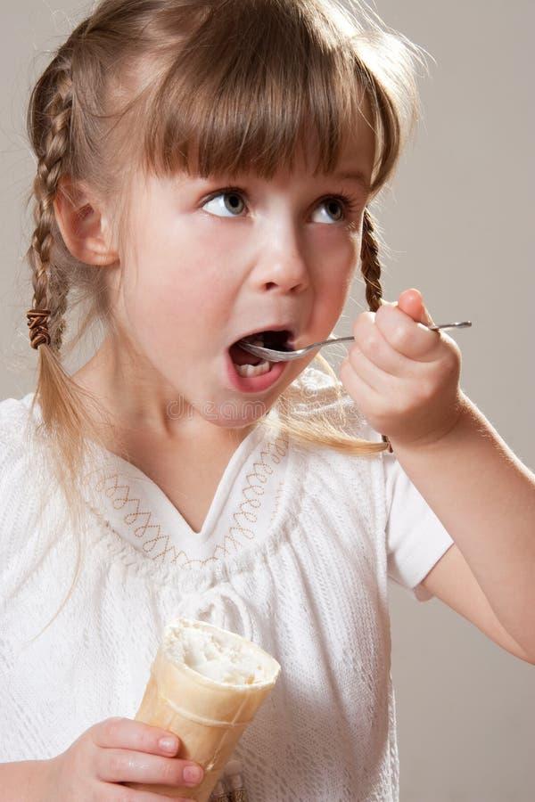 Enfant mangeant la crême glacée photos libres de droits