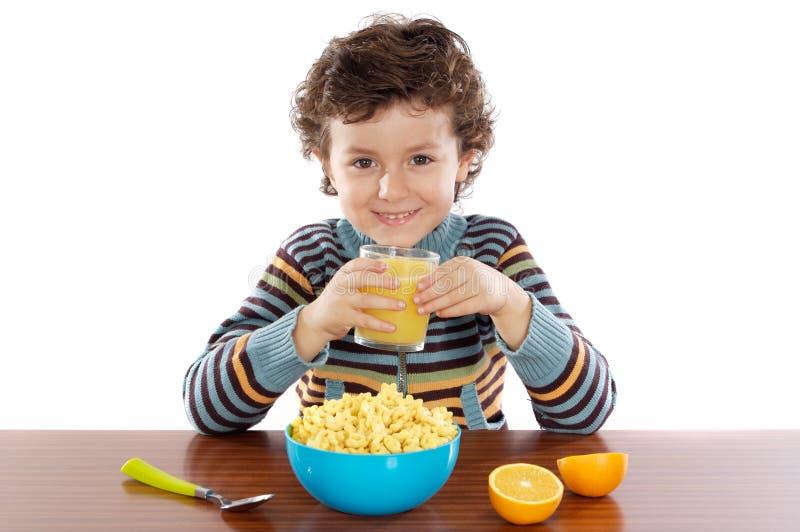 Enfant mangeant le déjeuner photographie stock libre de droits
