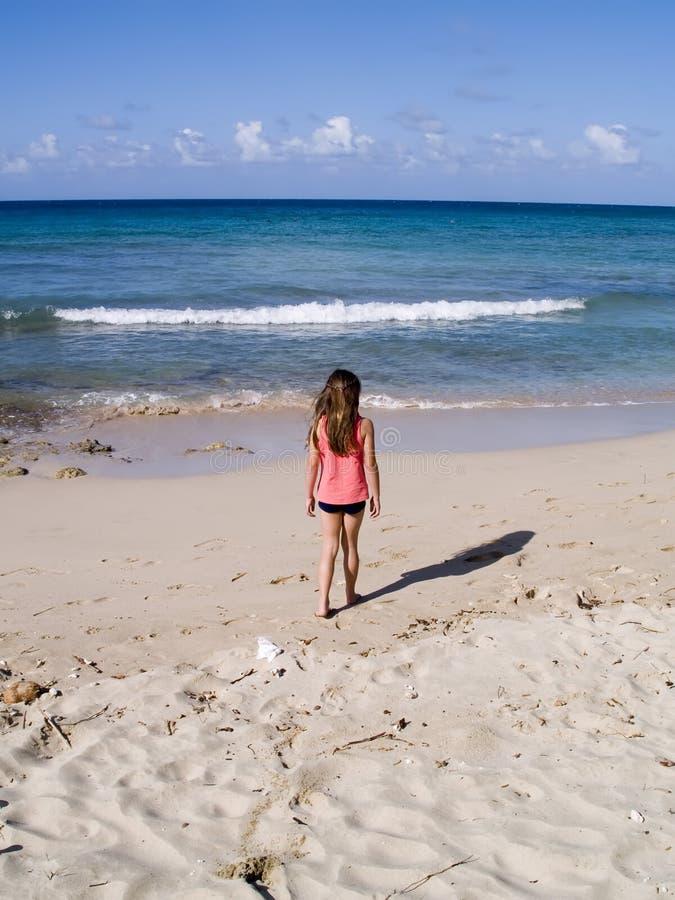Enfant marchant le long de la plage photographie stock