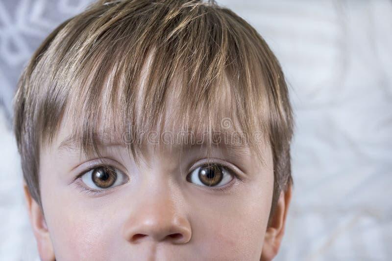 Enfant mignon avec de grands yeux photos stock