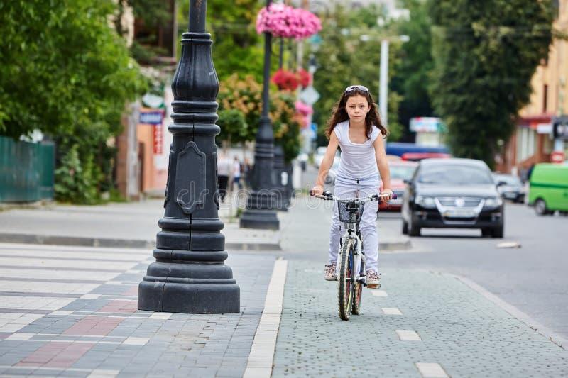 Enfant mignon dans le casque de sécurité faisant du vélo dehors Petite fille sur une activité préscolaire saine d'été d'enfants d photo stock