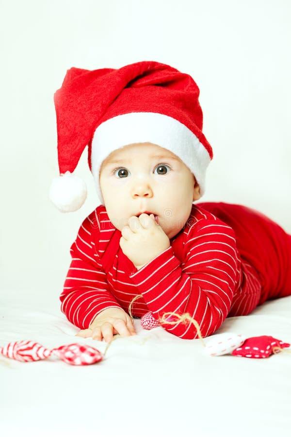 Enfant mignon dans le chapeau de Santa photographie stock