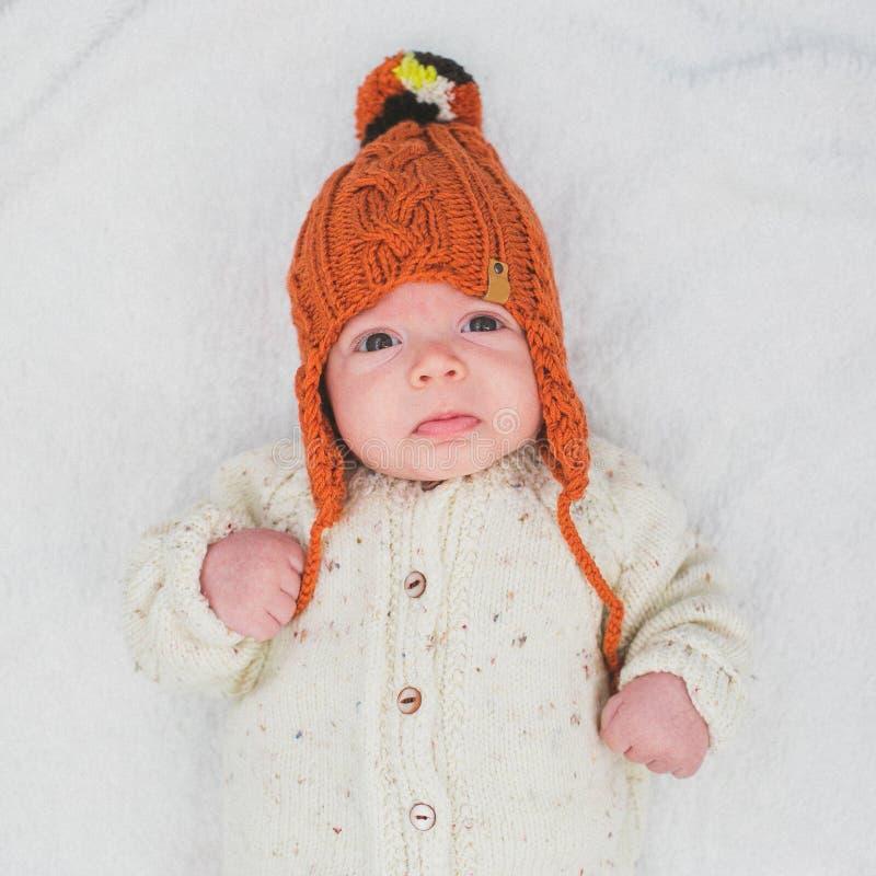 Enfant mignon dans le chapeau orange tricoté de couleur photo stock