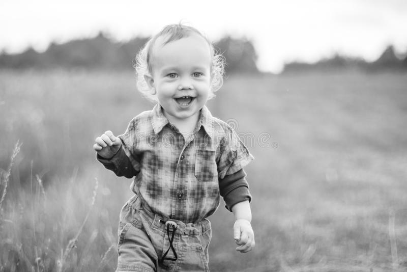Enfant mignon dans un domaine, visage de sourire heureux image libre de droits