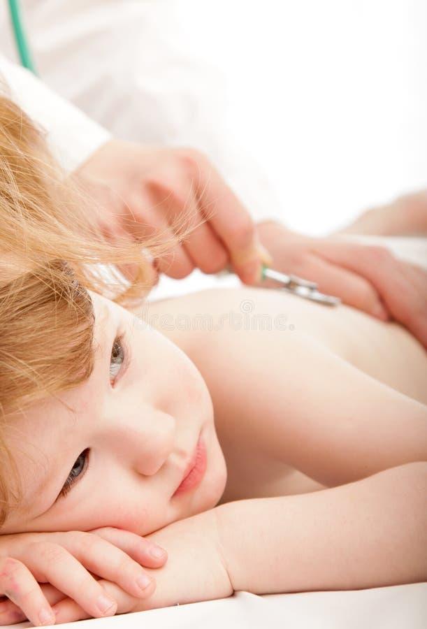 Enfant mignon et un docteur images stock