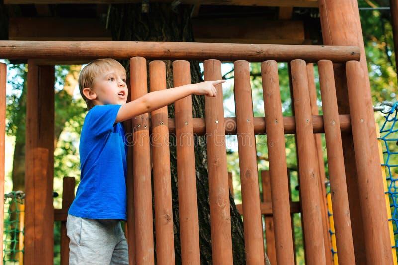 Enfant mignon jouant dans la cabane dans un arbre sur l'arrière-cour Enfance heureux Concept de vacances d'été Cabane dans un arb image libre de droits