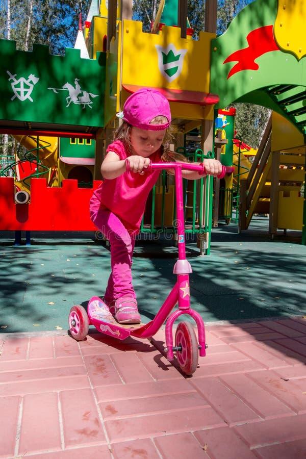 Enfant montant un scooter images libres de droits