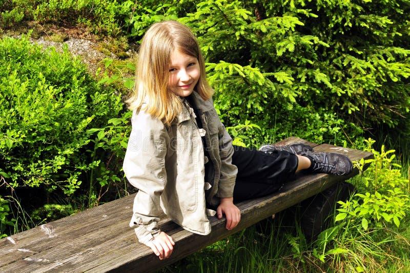 Enfant normal de forêt image stock
