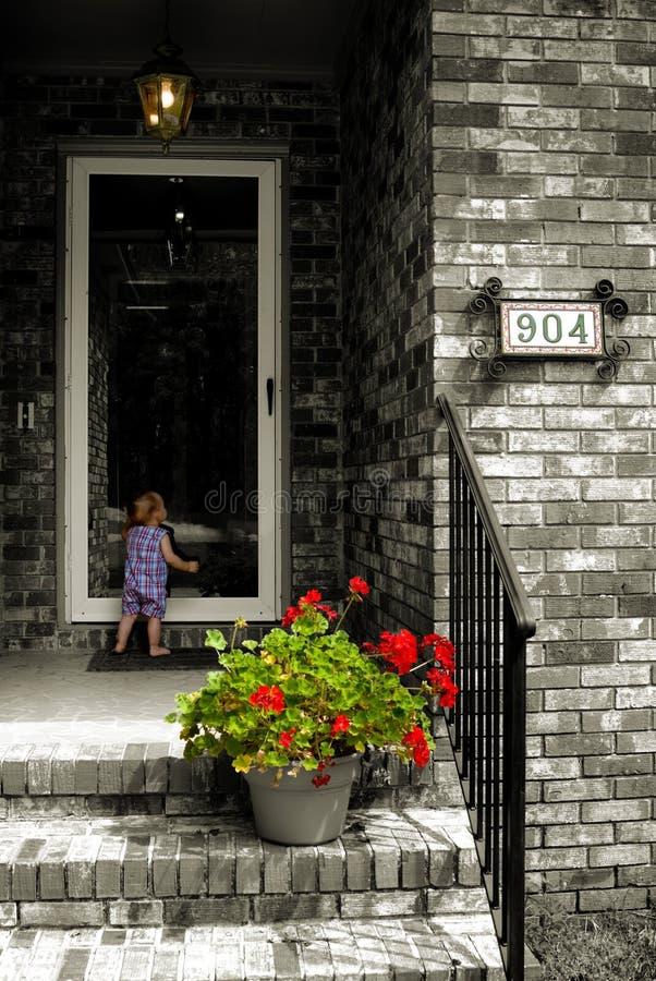 Enfant nostalgique à la trappe photographie stock