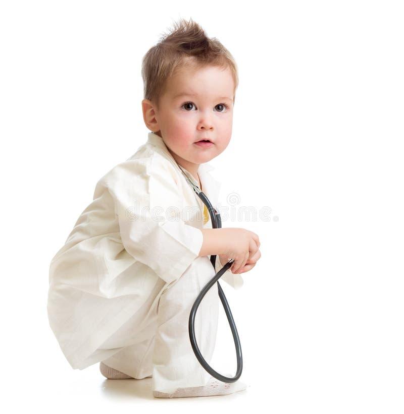 Enfant jouant le docteur avec le stéthoscope images libres de droits