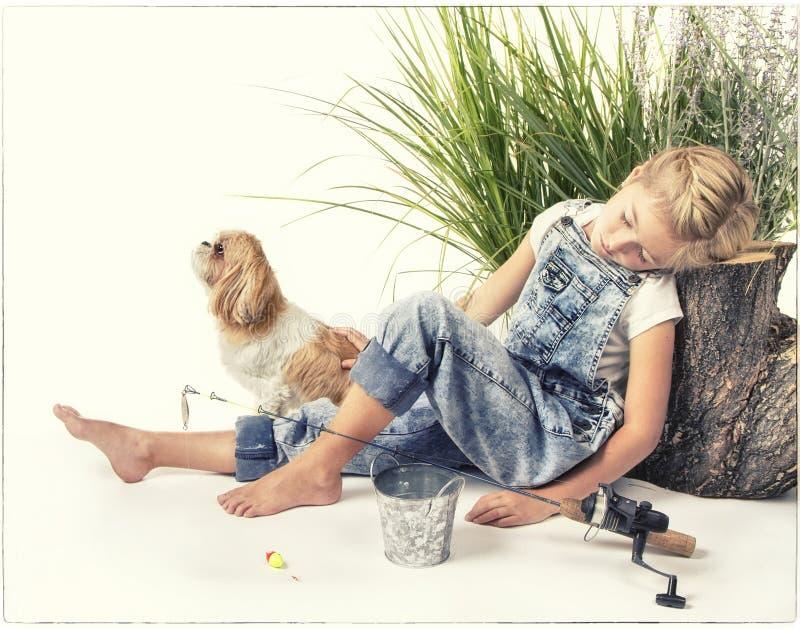 Enfant ou jeune fille avec son chien prenant un petit somme ou dormant tandis que images libres de droits