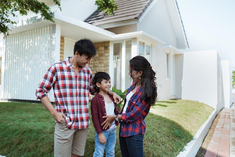 Enfant parlant à son parent devant leur maison photographie stock libre de droits