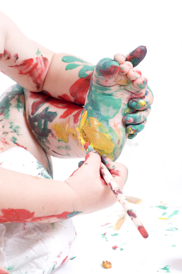 Enfant peignant ses pieds image libre de droits