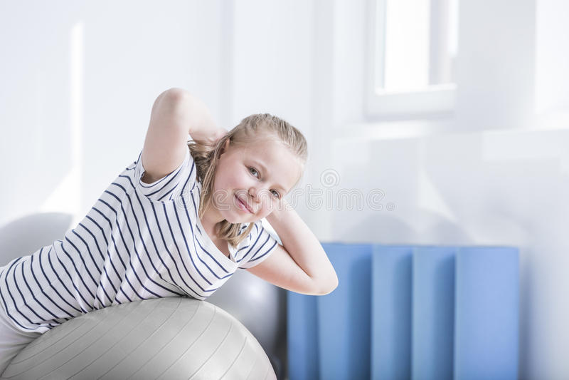 Enfant pendant la session de physiothérapie photos libres de droits