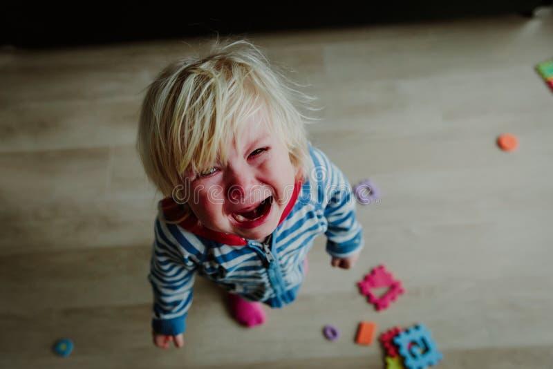 Enfant pleurant, effort, douleur, tristesse, désespoir photo libre de droits