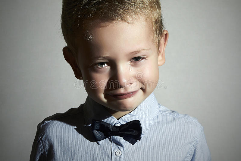Enfant pleurant Little Boy triste cri larmes sur des joues émotion images libres de droits