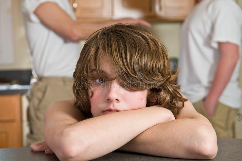 Enfant pleurant - moment malheureux de famille images libres de droits