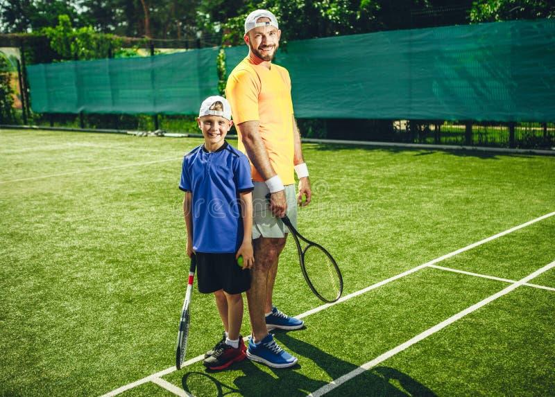 Enfant positif avec l'entraîneur faisant le sport photos libres de droits