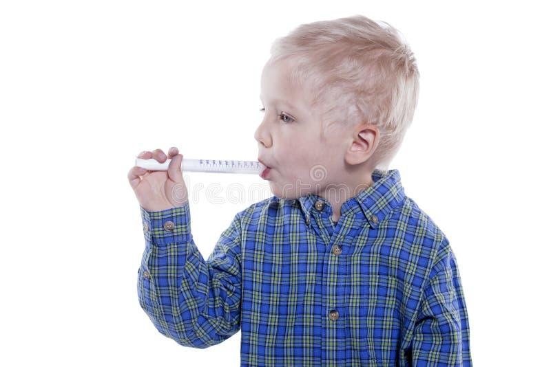 Enfant prenant la médecine images libres de droits