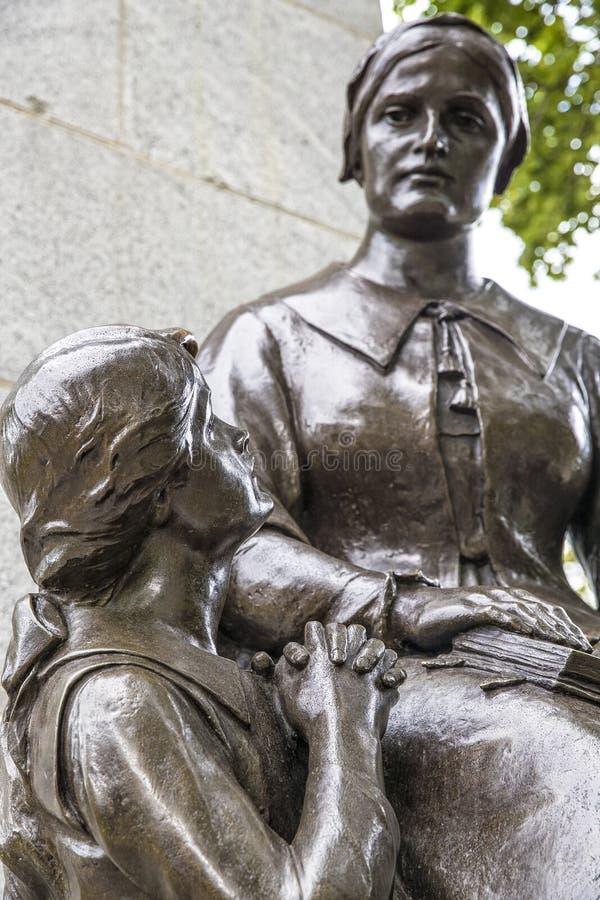 Enfant priant vers sa mère à Québec image stock