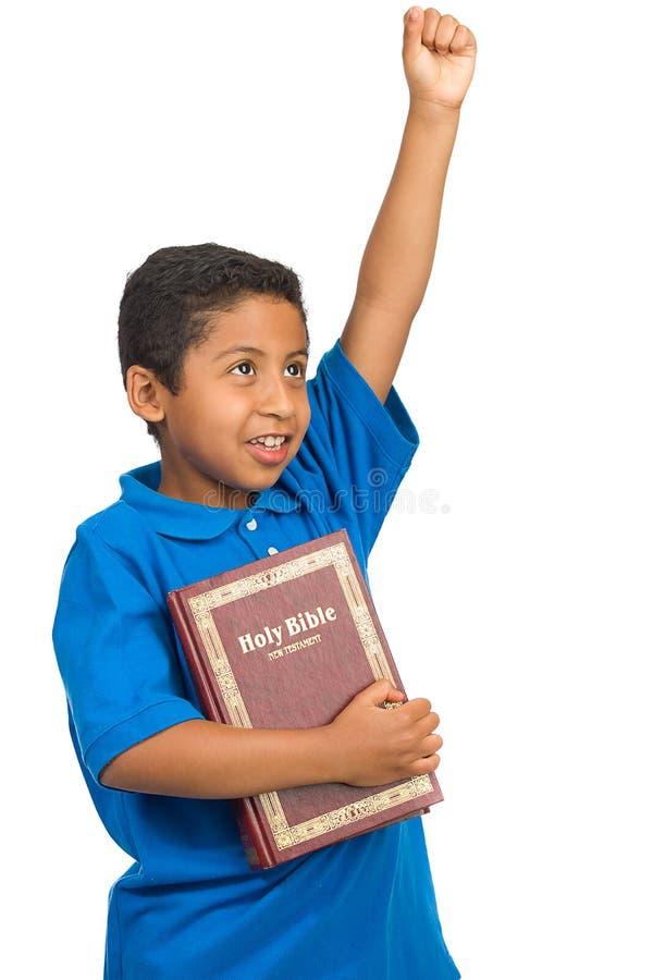Enfant proclamant la victoire par le mot de Dieu photo stock