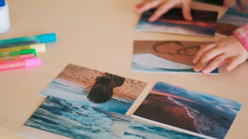 Enfant rêvant du voyage de mer avec la famille images stock