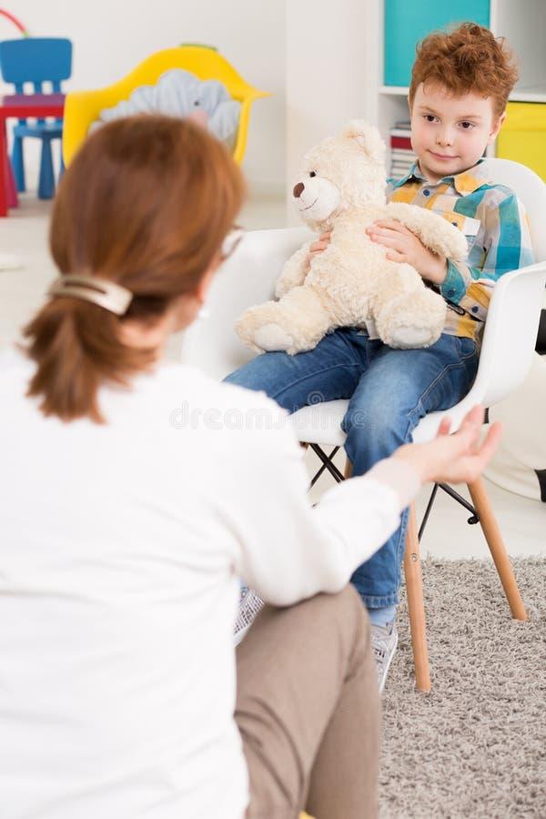 Enfant rebelle et entretien avec le pédagogue photo stock