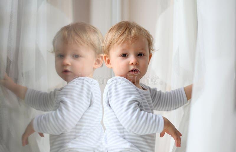 Enfant reflété images libres de droits