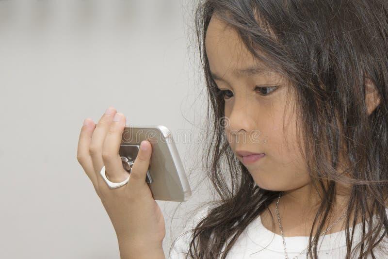 Enfant regardant l'écran photos libres de droits