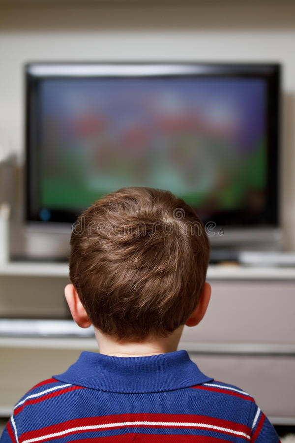 Enfant regardant la TV photographie stock