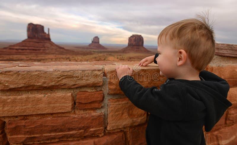 Enfant regardant la vallée de monument photographie stock libre de droits