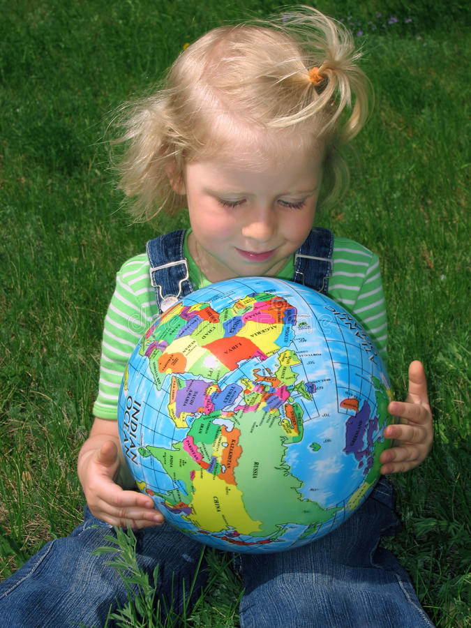 Enfant regardant le globe images libres de droits