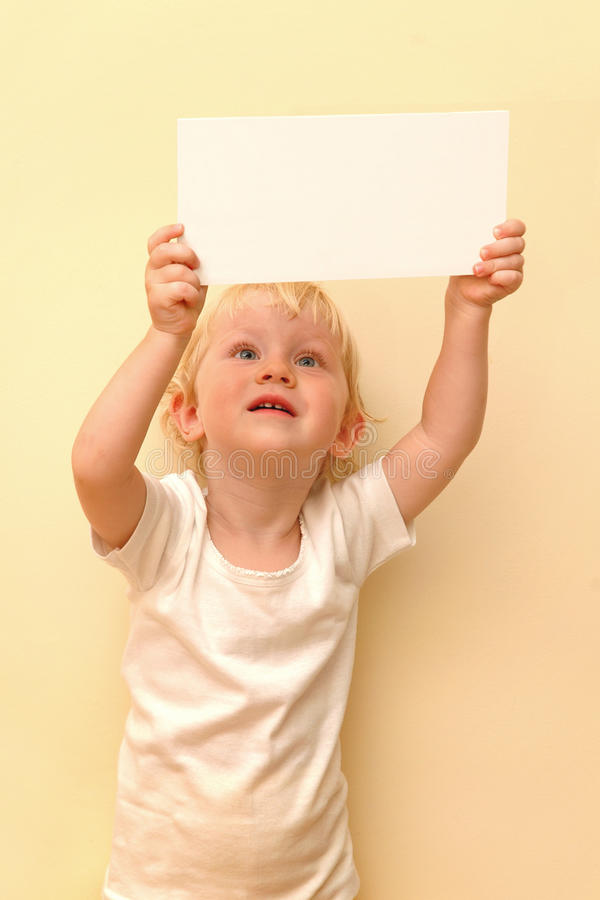 Enfant retenant la plaquette blanc photos libres de droits
