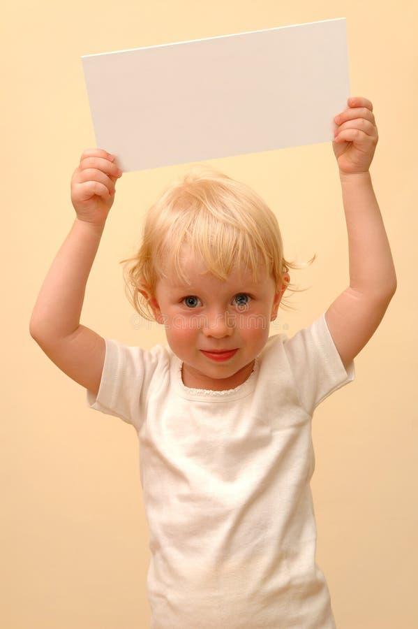 Enfant retenant la plaquette blanc photographie stock
