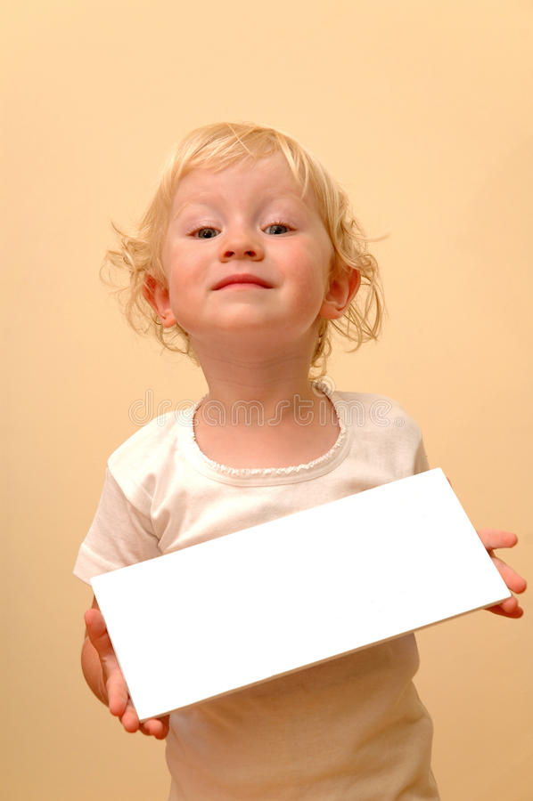 Enfant retenant la plaquette blanc images stock