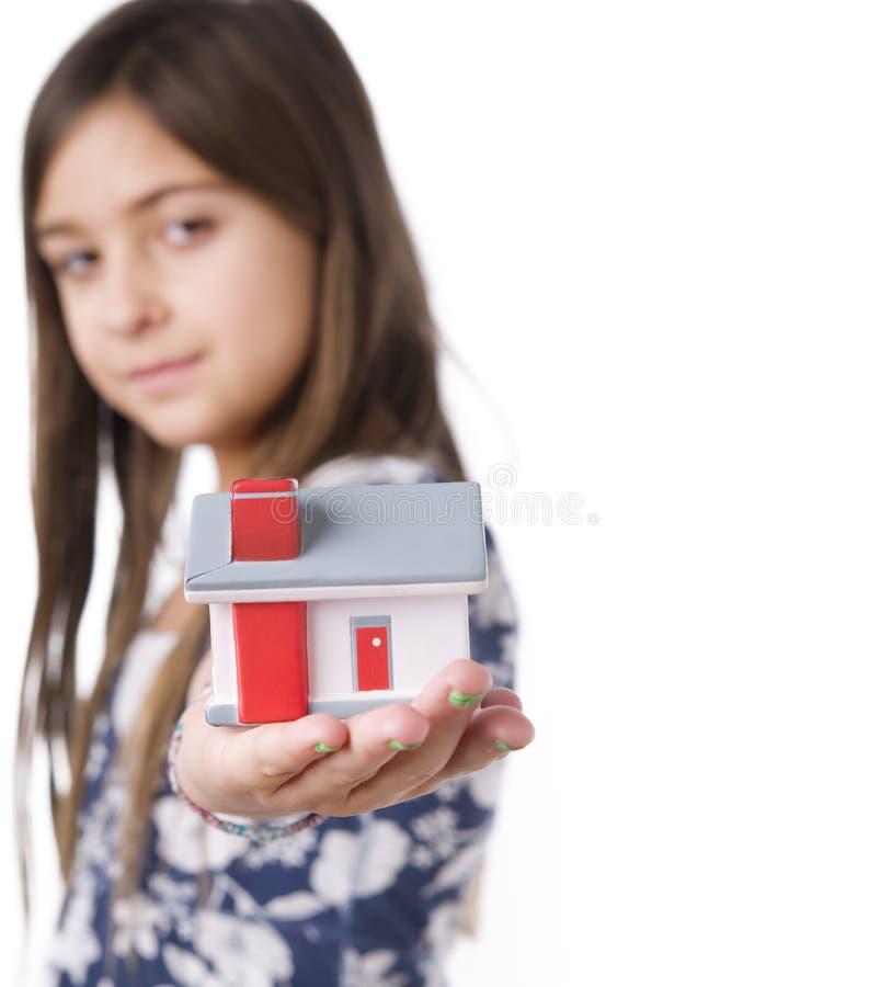 Enfant retenant une maison modèle image stock