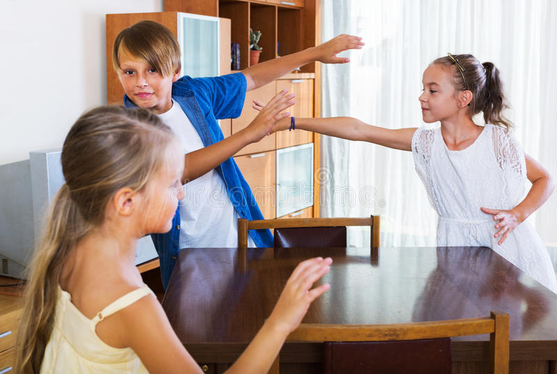 Enfant riant chassant d'autres enfants pour étiqueter photographie stock