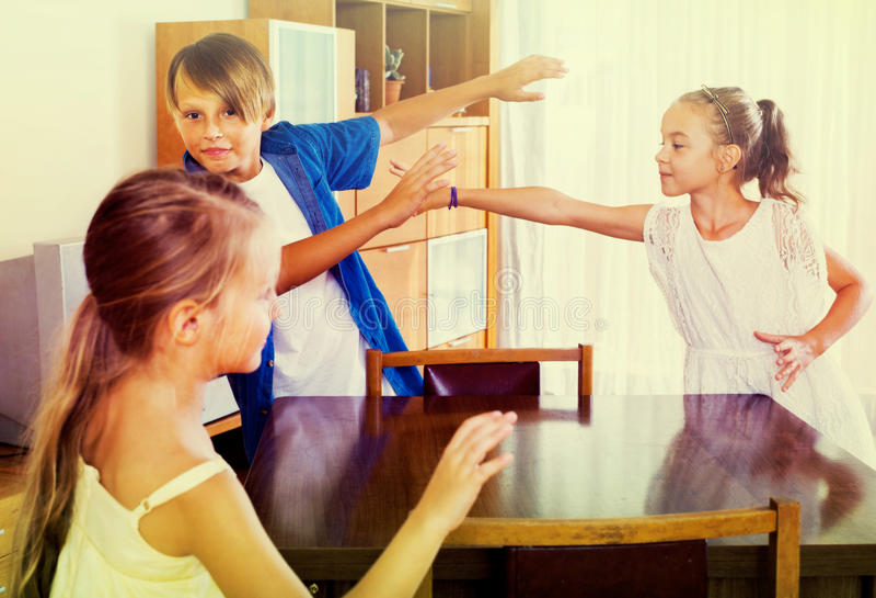 Enfant riant chassant d'autres enfants pour étiqueter photos stock