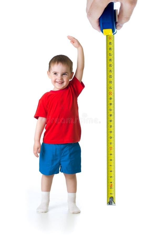Enfant s'élevant mesurant avec la règle photos libres de droits