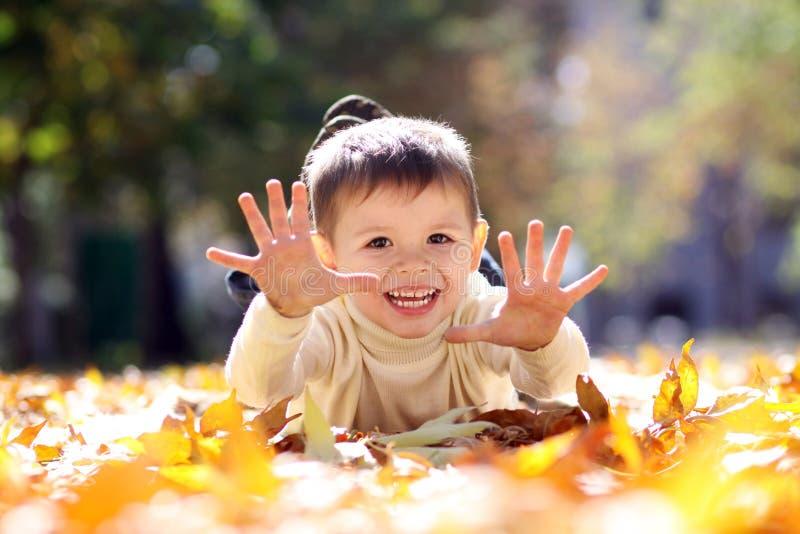 Enfant se trouvant sur la lame d'or image stock