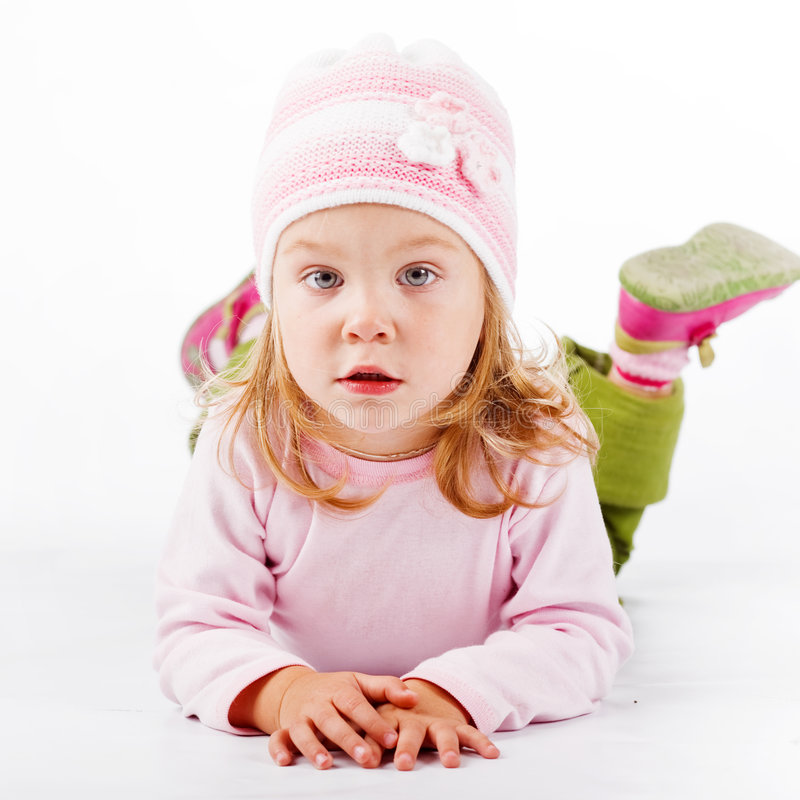Enfant se trouvant sur le blanc photos stock