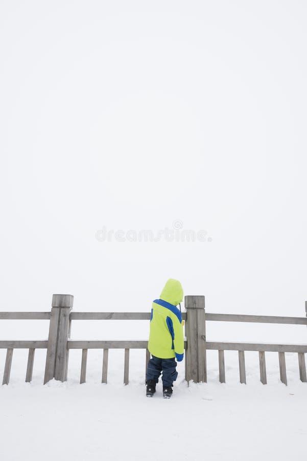 Enfant seul dans la neige images libres de droits