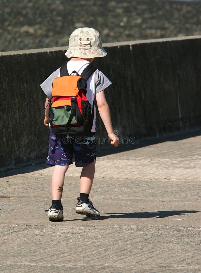 Enfant seul marchant photos stock