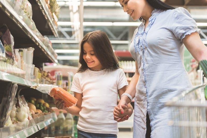 Enfant sortant et produits de achat de lancement de mère images stock
