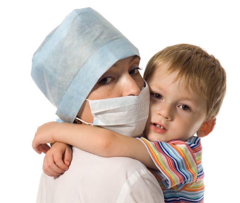 Enfant sur des mains au docteur photos stock