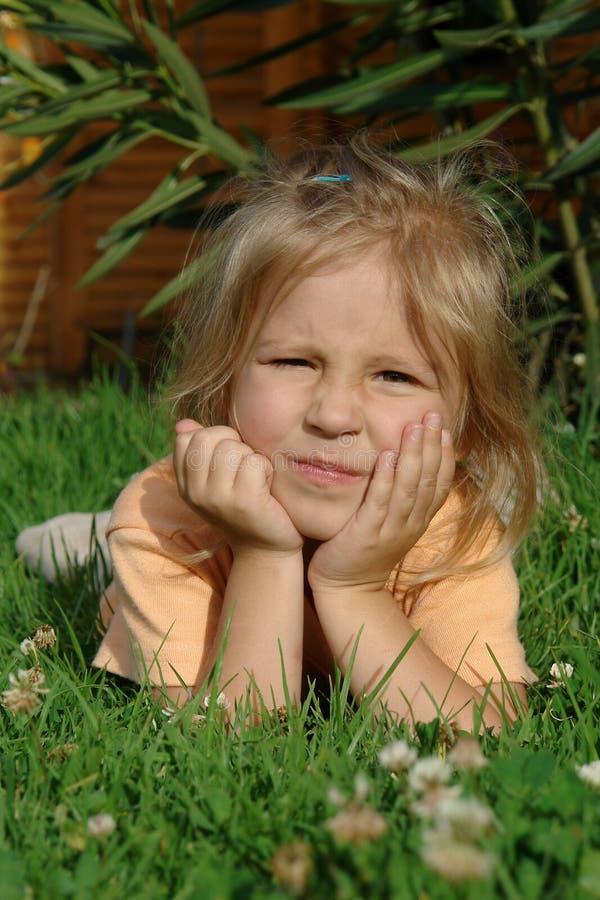 Enfant sur l'herbe image stock