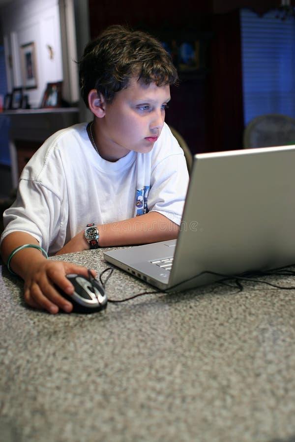 Enfant sur l'ordinateur photo libre de droits