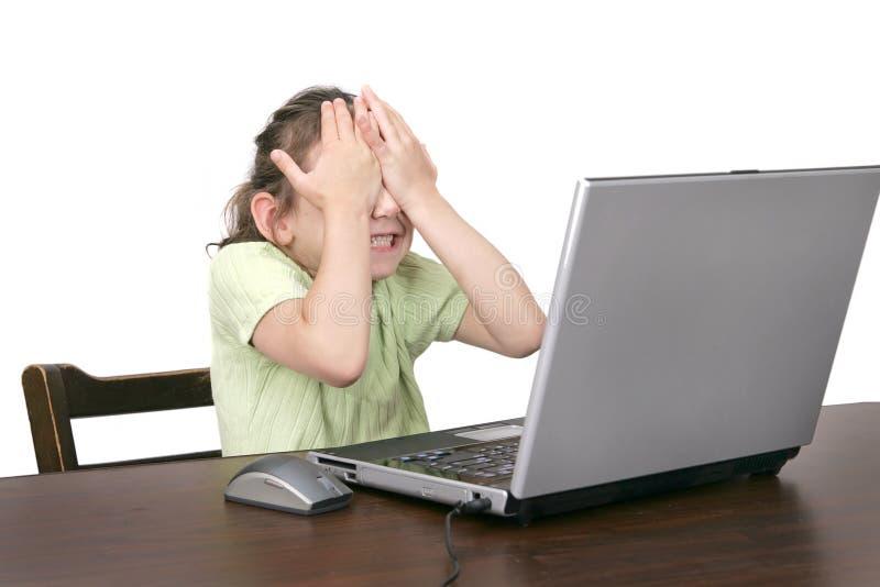 Enfant sur l'ordinateur photos stock