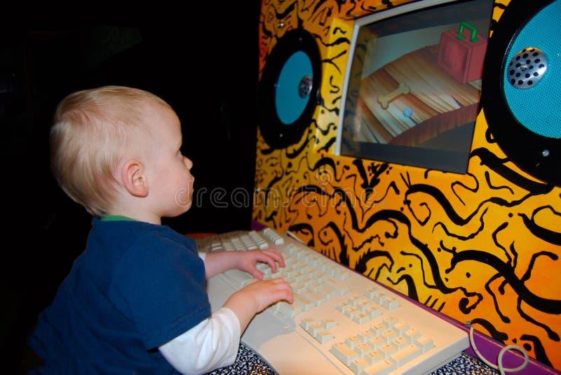 Enfant sur l'ordinateur photo stock