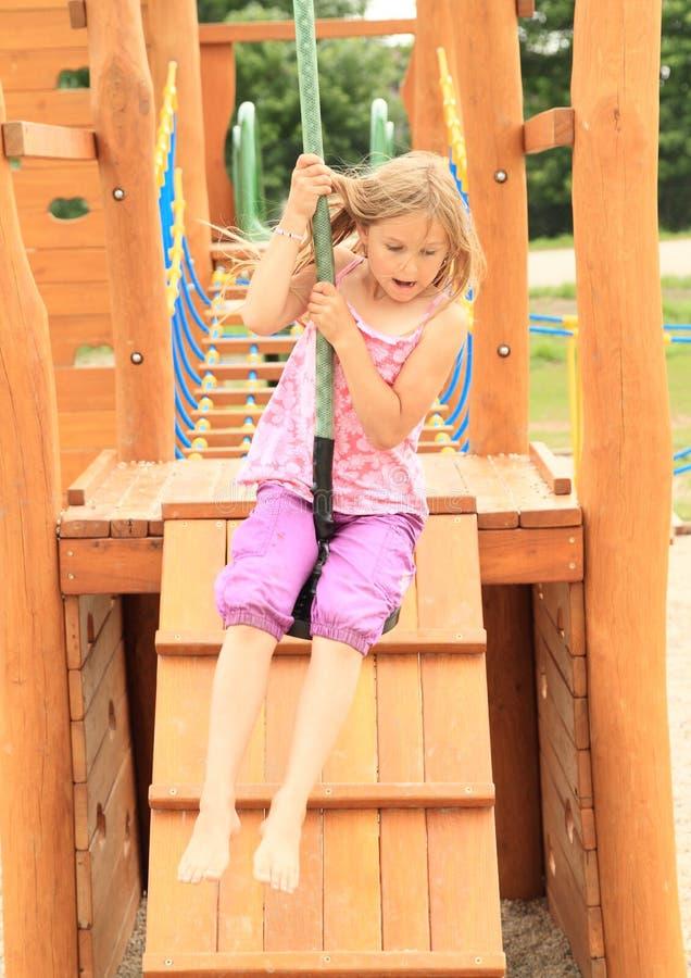 Enfant sur la benne suspendue photo stock